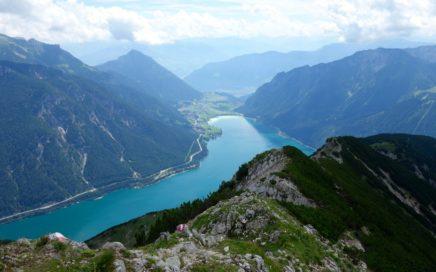 genießt man traumhafte Ausblicke auf den Achensee. Ausgesetzt und stark verblockt startet der Seeberg-Trail...