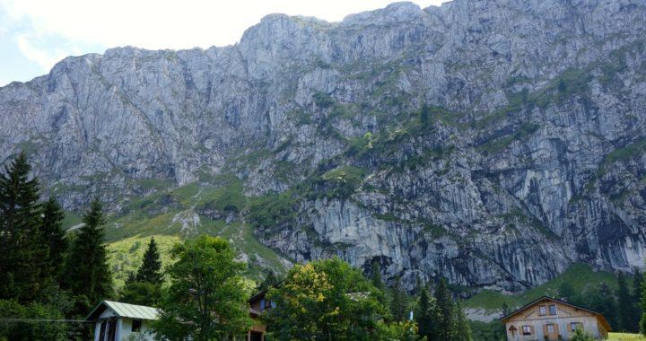 Tutzinger Hütte unterhalb der Benediktenwand
