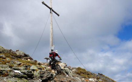 Der Trail ist direkt ab dem Gipfelkreuz des Königsanger befahrbar